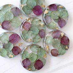"""POS POS on Instagram: """"🌸レジンアクセ🌸  紫陽花レジンです  今年は濃いめの色 シックなのに華やかです 去年はゴールドのビーズを入れましたが 紫陽花の色とのバランスがとれるように 金箔にしました   アクセサリーにして出品するのは 来週の日曜の予定です   …"""" Diy Resin Art, Diy Resin Crafts, Uv Resin, Jewelry Crafts, Diy And Crafts, Resin Jewlery, Resin Jewelry Making, Dandelion Paperweight, Wax Stamp"""