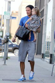 El estilo de Harper Beckham. Harper, en brazos de su padre, David Beckham, con vestido estampado de Caramel Baby & Child.