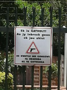 Clearly Warning Criminals in Afrikaans and a African language that he / they Will Be Shot should he / they Break in to the Owners House / Property. Funny Signs, Funny Jokes, Funny Quites, African Jokes, South African Dishes, Funny Bumper Stickers, My Land, African History, Funny Cards