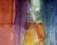 吉岡幸雄さんの作品。植物染を使用したショール。植物染は植物の花、葉、実、根、樹皮などの煎汁で染める染色法。渋みのある色合いが特徴。 カラフルなのにどこか落ち着いた色合いで、透明感がありとても美しいと思った。