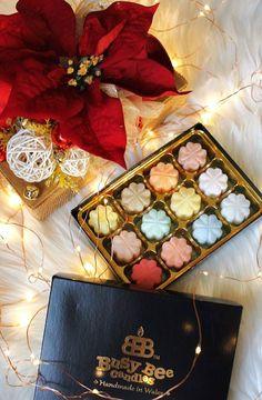Prajeme Vám krásnu 1. adventnú nedeľu s našou darčekovou bonboniérou plnou vonných voskov! ♥ #kouzlokoupele #prirodnakozmetika #handmade #crueltyfree #veganfriendly #vonnevosky #sojovesvicky #sviecky #kuzlokupela Gift Wrapping, Gifts, Gift Wrapping Paper, Presents, Wrapping Gifts, Favors, Gift Packaging, Gift