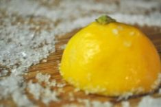 How 2 clean cutting board naturally! Rub down with lemon cover in kosher salt & let sit min. Rinse with water only & let dry Diy Cleaning Products, Cleaning Solutions, Cleaning Hacks, Diy Cleaners, Cleaners Homemade, Lava, Limpieza Natural, Diy Cutting Board, Wood Cutting