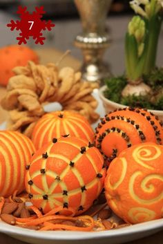 Orange Clove Pomander Balls I have always loved the look and smell of these wonderful holiday decorating treats! Noel Christmas, All Things Christmas, Winter Christmas, Christmas Wedding, Christmas Oranges, Homemade Christmas, Norwegian Christmas, Christmas Scents, Cheap Christmas