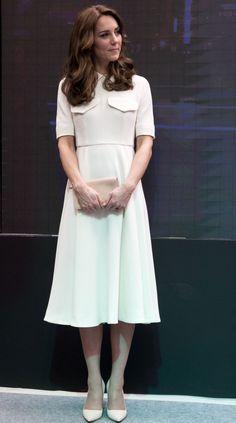 Per il secondo giorno di tour in India Kate Middleton ha sfoggiato un abito bianco dalla linea classica di Emilia Wickstead. Come accessori ha scelto scarpe chiare col tacco e una borsa abbinata dello stesso colore.  -cosmopolitan.it