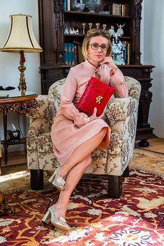 Romantické púdrové šaty z kvalitného elastického žoržetu, v hornej prednej časti zdobené zámikmi a nedošitým otvorom pod stojáčikom, prestrihnuté v páse s polkruhovou podšitou sukňo... Fashion Design