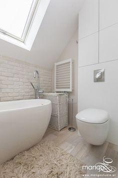 Jasna łazienka z wanna na poddaszu - Architektura, wnętrza, technologia, design - HomeSquare