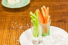 Crudités com dip de gorgonzola   Panelinha - Receitas que funcionam