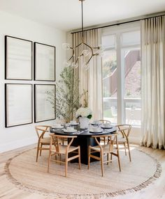 Dining Decor, Dining Room Design, Dining Chairs, Dining Table Lighting, Dining Nook, Black Round Table, Black Round Dining Table, Modern Dining Room Lighting, Design Kitchen