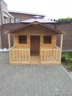 Building your little one a playhouse in the backyard will surely make them happy. However, you'll want it to be safe as well as beautiful. There are a few things you should know before you build a playhouse for kids. Pallet Playhouse, Backyard Playhouse, Build A Playhouse, Playhouse Ideas, Simple Playhouse, Girls Playhouse, Cubby Houses, Dog Houses, Diy Pallet Projects