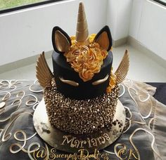 Black and gold unicorn cake Pretty Cakes, Cute Cakes, Beautiful Cakes, Amazing Cakes, Bolo Laura, Unicorn Foods, Unicorn Cakes, Black Unicorn Cake, Unicorn Head