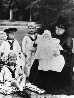 Prince Albert (King George VI) Princess Victoria, Prince Edward (King Edward VIII) and Prince Henry with grandmother Queen Victoria 1900