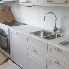 """Västervik on Instagram: """"Nu går köket att använda! Vattnet är inkopplat och alla vitvaror är igång. Nya lister har blivit uppsatta och imorgon påbörjas förarbetet…"""" New Kitchen, Kitchen Dining, Kitchen Grey, Ikea Cabinets, Grey Kitchens, Pantry, Sink, Bookcases, Bedroom Ideas"""