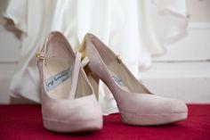 La boda de Isabel, las Bodas de Tatín, zapatos rosa emplovado de Jorge Larrañaga. foto Manu Terreros
