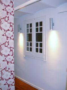 Pasillo. Detalle de la iluminación y de la ventana.