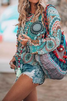 If you really also long being a hippies idol, make sure you know all of the rules and design suggestions on how to put on the boho-chic design and style pattern! Moda Boho, Bohemian Tops, Bohemian Style, Boho Gypsy, Hippie Bohemian, Mode Outfits, Chic Outfits, Fashion Outfits, Fashion Shorts