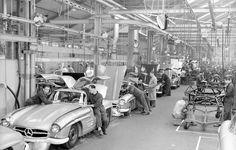 Manufaktur des Fluegeltuerers in den fruehen '50igern .