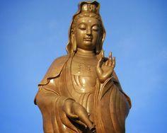 """21 de Enero Celebración de Kwan Yin  Celebración de Kwan Yin Guanyin (觀音 pinyin guānyīn Wade-Giles: kuan-yin) es la bodhisattva de la compasión y es venerada por los budistas de Asia del Este. También se la conoce como la Bodhisattva China de la Compasión. El nombre Guanyin es una abreviatura de Guanshi'yin (觀世音 pinyin: guānshì yīn Wade-Giles: kuan-shih yin) que significa """"la que oye el llanto del mundo"""". Guan Yin ha hecho voto de no entrar en los reinos celestiales hasta que todos los seres…"""