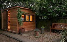 Ejemplo de caseta prefabricada para usar como oficina, situada en el jardín de una vivienda. Construida por In.It.Studios con materiales sostenibles. Características.