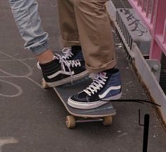 vans, grunge, and skate image Couple Aesthetic, Retro Aesthetic, Film Aesthetic, Aesthetic Images, Skater Girls, Skater Couple, Skater Kid, Skateboards, Skateboard Art