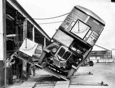 Test d'inclinaison pour prouver que le bus à deux étages londonien était totalement sans danger, en 1933