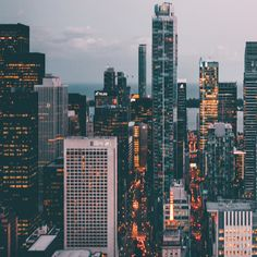 Numa cidade que não dorme, em cada esquina existe um sonho a concretizar!   #justbrands #city #dreams #street #lights