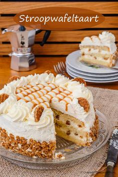 Stroopwafel cake – Airy cake base filled with two layers of whipped cream, stroopwafel crumbs and caramel liqueur. Köstliche Desserts, Delicious Desserts, Yummy Food, Baking Recipes, Cake Recipes, Dessert Recipes, Food Cakes, Cupcake Cakes, Baking Bad