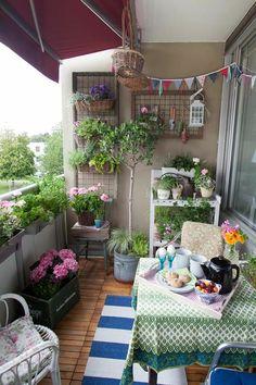 Balkongestaltung Ideen - Platzsparende Balkonmöbel aus Rattan oder Holz und üppige Balkonpflanzen für mehr Gemütlichkeit. Lassen Sie sich wohl fühlen!