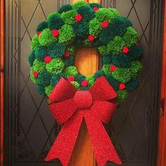Christmas handmade holly berry pom pom wreath with large red glitter bow - Beautiful handmade Pom pom wreath. Each Pom Pom is individually hand made in 2 shades of green. Christmas Pom Pom Crafts, Crochet Christmas Decorations, Noel Christmas, Christmas Projects, Handmade Christmas, Holiday Crafts, Christmas Wreaths, Christmas Glitter, Spring Crafts