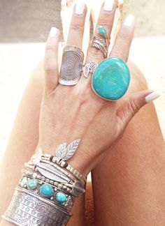 Boho / hippie ring and jewelry style. Love the big statement ring with a turquoise stone ☆ Estilo Hippie, Hippie Chic, Hippie Style, Gypsy Style, Boho Style, Boho Chic, Boho Gypsy, Bohemian Jewelry, Indian Jewelry
