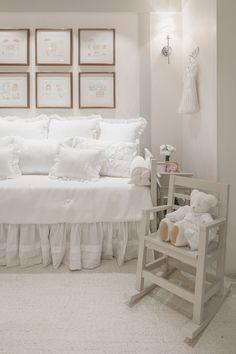 Decoração romântica e toda branca para o quarto do bebê - Constance Zahn Boy Girl Room, Little Girl Rooms, Baby Bedroom, Girls Bedroom, Baby Room Neutral, Dream Decor, Luxurious Bedrooms, Baby Design, Baby Decor