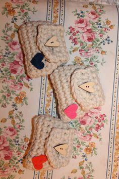 Borsellini fatti all'uncinetto, decorati con cuori di feltro, chiusra bottone di legno.