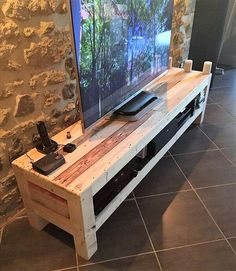 Do you already have ideas for your weekend project? How about replacing your old TV stand with a new one? Check out these 11 very different, but incredible DIY TV stand project ideas that step you through building a terrific media console. Tv Pallet, Rack Pallet, Pallet Tv Stands, Pallet Ideas, Pallet Tables, Pallet Shelves, Pallet Home Decor, Pallet Crafts, Pallet Projects