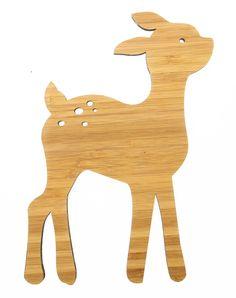 Wanddeko Reh aus Bambus Coffee - Das Original von Mr. & Mrs. Panda. Über unser Motiv Reh Rehe sind als einheimische Waldbewohner bekannt und sind nicht nur in der Forst, sondern auch in der modernen Inneneinrichtung sehr beliebt. Stylische Rehaccessoirs zieren viele Kissenbezüge und Vasen. Das süße Reh ist auch ein beliebtes Motiv bei uns und begeistert nicht nur Kinder. Verwendete Materialien Bambus Coffee ist ein sehr schönes Naturholz, welches durch seine außergewöhnliche Holz Opti