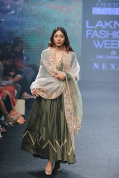 Aarbee by Ravi Bhalotia at Lakmé Fashion Week summer/resort 2018 Indian Gowns Dresses, Indian Fashion Dresses, Dress Indian Style, Bridal Dresses, Mehendi Outfits, Pakistani Outfits, Lakme Fashion Week, India Fashion, Japan Fashion