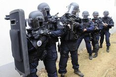 French GIGN operators with tactical shield. Military Suit, Military Police, Police Officer, Military Soldier, Police Nationale, Tactical Armor, Service Public, Battle Dress, Military Special Forces