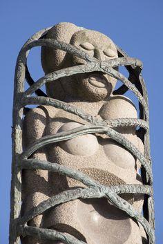 #Kiel Eine monumentale und archaisch wirkende Figur, auf der einen Seite weiblich, auf der anderen männlich, wurde aus einem acht Meter hohen Granitblock geschlagen. Umgeben ist sie von einem netzartigen...