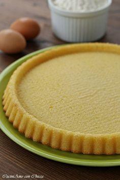 """Base per crostata morbida Ingredienti per uno stampo da cm 28:  2 uova 100 g di zucchero 100 ml di latte 1/2 bustina di lievito 1 bustina di vanillina 150 g di farina """"00"""" 80 g di burro 1 limone la buccia"""