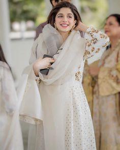 Top 10 Asian Actresses in Beautiful White Dress Pakistani Formal Dresses, Pakistani Wedding Outfits, Pakistani Dress Design, Dress Indian Style, Indian Dresses, Indian Outfits, Indian Clothes, Indian Attire, Indian Wear