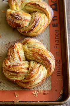 Pumpkin Twists: flaky puff pastry is filled with a spiced pumpkin filling, baked until golden brown, and then drizzled with a sweet vanilla glaze on top! It's time for another pumpkin recipe and a new Autumn Brunch Recipes, Fall Recipes, Holiday Recipes, Puff Pastry Desserts, Puff Pastry Recipes, Choux Pastry, Shortcrust Pastry, Fall Breakfast, Breakfast Ideas
