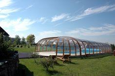 Konstrukce tohoto obřího zastřešení bazénu OLYMPIC tvoří polykarbonátové výplně a hliníkové profily v barvě dřevodekor