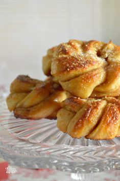 Bollitos de Cardamomo | CON HARINA EN MIS ZAPATOS Wine Recipes, Dessert Recipes, Desserts, Biscuit Bread, Sweet Cooking, Baked Donuts, Bread And Pastries, Piece Of Cakes, Bakery