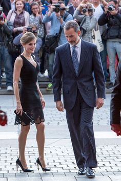 King Felipe VI of Spain and Queen Letizia of Spain attend the inaguration of the Royal Theatre Season on September 15 2016 in Madrid Spain Spanish Queen, Beautiful Evening Gowns, Laetitia, Power Dressing, Queen Letizia, Fall Fashion Outfits, Royal Fashion, Cool Style, Costume