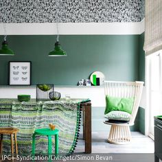 Die Ethno-Muster von Teppich, Tischdecke und Kissen werden durch die grünen Farbakzente der verschiedenen Dekoartikel optisch miteinander verbunden. Besonders  …