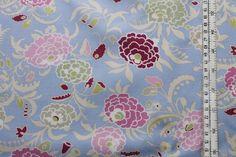mittelgroßes Blumenmuster auf lavendelfarbener Baumwolle von AMY BUTLER aus der Serie gypsy caravan - ...  passend zu allen anderen Artikeln dieser Fa