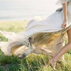 Ve unutmayın ki toprak çıplak ayağınıza dokunmaktan keyif duyar ve saçlarınızla oynaşmayı arzular rüzgârlar.   Halil CİBRAN   Ermiş(The Prophet )(Sf.54)