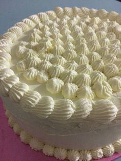 Tarta de chocolate con relleno y cobertura de crema de queso y nata