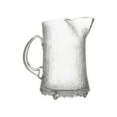 Servera och bjud dina gäster på saft eller drinkar med denna vackra glaskanna Ultima Thule från Iittala och kombinera med glasen i samma serie och få ett komplett set!