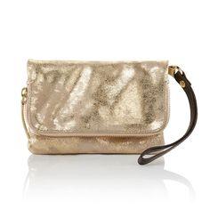Stylish goldfarbener Metallic-Look - die trendige Velourslederclutch mit braunem Handgelenksriemen aus Leder verleiht jedem Party-Outfit den letzten Pfiff. Umschlag mit Druckknopfverschluss