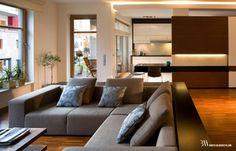 Salon z podłogą drewnianą przemysłową, ściana w fornirze wenge modyfikowanym. www.bartekwlodarczyk.com