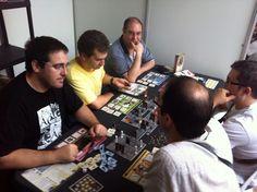 Dan Titán dando ambiente a una partida de Super Fantasy en el Festival de Juegos de Córdoba. #Festival #Córdoba #juegosdemesa #boardgames #Superfantasy #15Días #Banjooli #21Mutinies #jeux #jogos #spiel